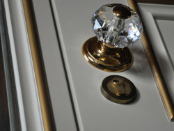 gusardi8 250x188 - Металлодеревянные двери