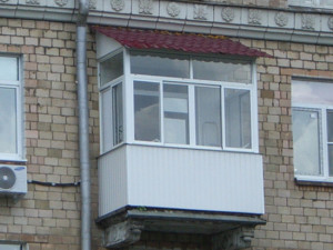 kozyirek nad balkonom2 300x225 - Козырьки и навесы для балконов