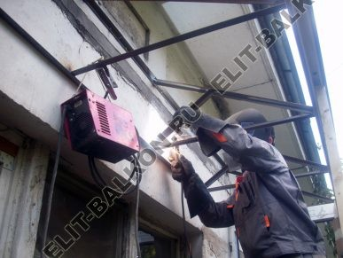 montazh metallicheskoj kryshi 387x291 - Ремонт крыши балконов и лоджий в Москве