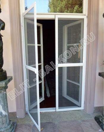 setki moskitnye raspashnye na dveri pvh 6 1 387x291 - Распашные сетки на двери