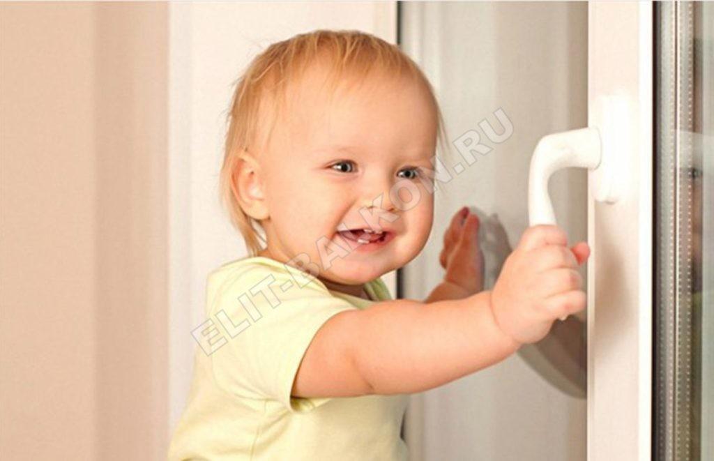 REBENOK NA NA PODOKONNIKE OTKRYVAET OKNO 1 1024x661 - Защита детей