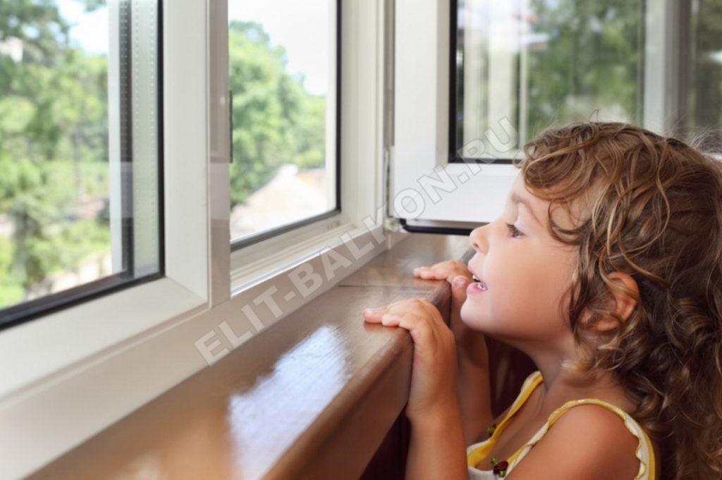 REBENOK SMOTRIT V OKNO OTKRYTOE 1 1024x681 - Защита детей