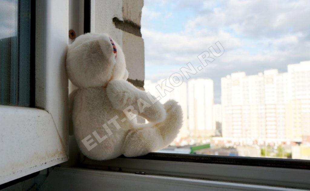 REBENOK V OKNE OSTALAS IGRUSHKA 1 1024x631 - Защита детей