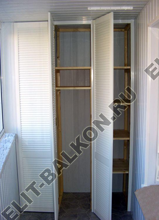 Распашной шкаф с белыми жалюзи на балкон