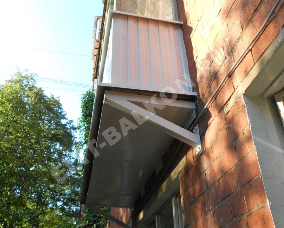 Обшивка балкона профнастилом