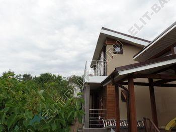 krysha na balkone v kottedzhe 1 387x291 - Фото остекления одного балкона № 25