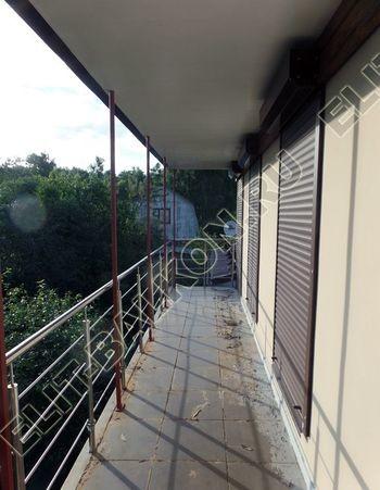krysha na balkone v kottedzhe 15 387x291 - Фото остекления одного балкона № 25