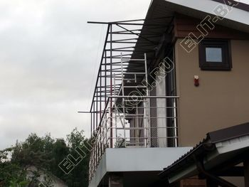 krysha na balkone v kottedzhe 5 387x291 - Фото остекления одного балкона № 25