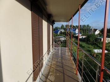 krysha na balkone v kottedzhe 8 387x291 - Фото остекления одного балкона № 25