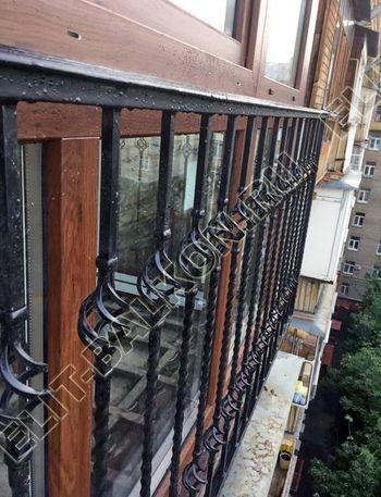 osteklenie balkona ot pola do potolka i kovanaja reshetka 11 387x291 - Фото остекления одного балкона № 26