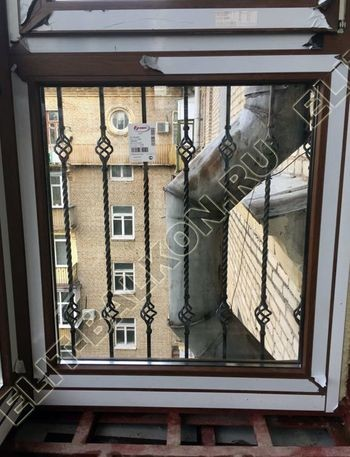 osteklenie balkona ot pola do potolka i kovanaja reshetka 14 387x291 - Фото остекления одного балкона № 26