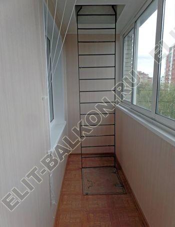 osteklenie lodzhii slajdors s otdelkoj i sohraneniem pozharnoj lestnitsy14 387x291 - Фото остекления одного балкона № 35