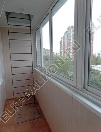 osteklenie lodzhii slajdors s otdelkoj i sohraneniem pozharnoj lestnitsy15 387x291 - Фото остекления одного балкона № 35