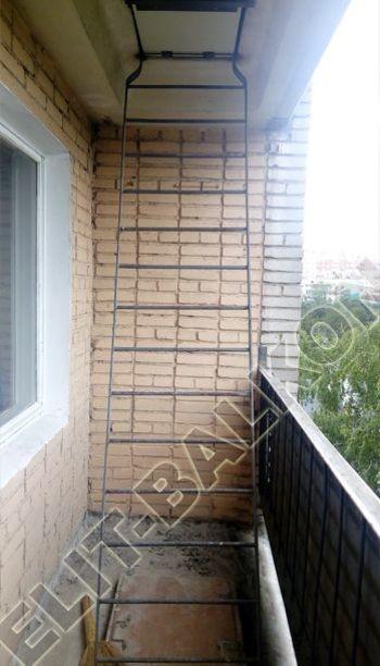 osteklenie lodzhii slajdors s otdelkoj i sohraneniem pozharnoj lestnitsy2 349x291 - Фото остекления одного балкона № 35