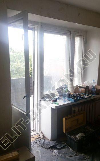 osteklenie lodzhii slajdors s otdelkoj i sohraneniem pozharnoj lestnitsy4 387x291 - Фото остекления одного балкона № 35