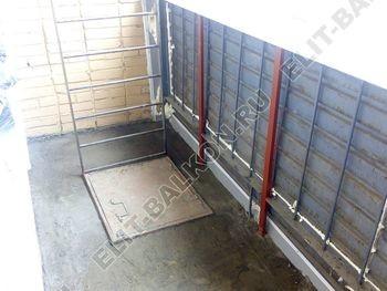 osteklenie lodzhii slajdors s otdelkoj i sohraneniem pozharnoj lestnitsy6 387x291 - Фото остекления одного балкона № 35