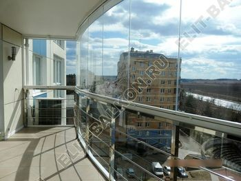 bezramnoe osteklenie balkona Zhemchuzhina ZhK Parus 1 387x291 - Безрамное остекление балконов